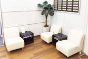 ゆったりくつろげる待合室のソファ