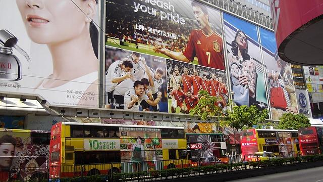 駅のホームから見える脱毛エステの広告