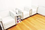 快適にくつろげる待合室の風景