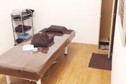 ベッドや施術器具などが設備された施術室の風景